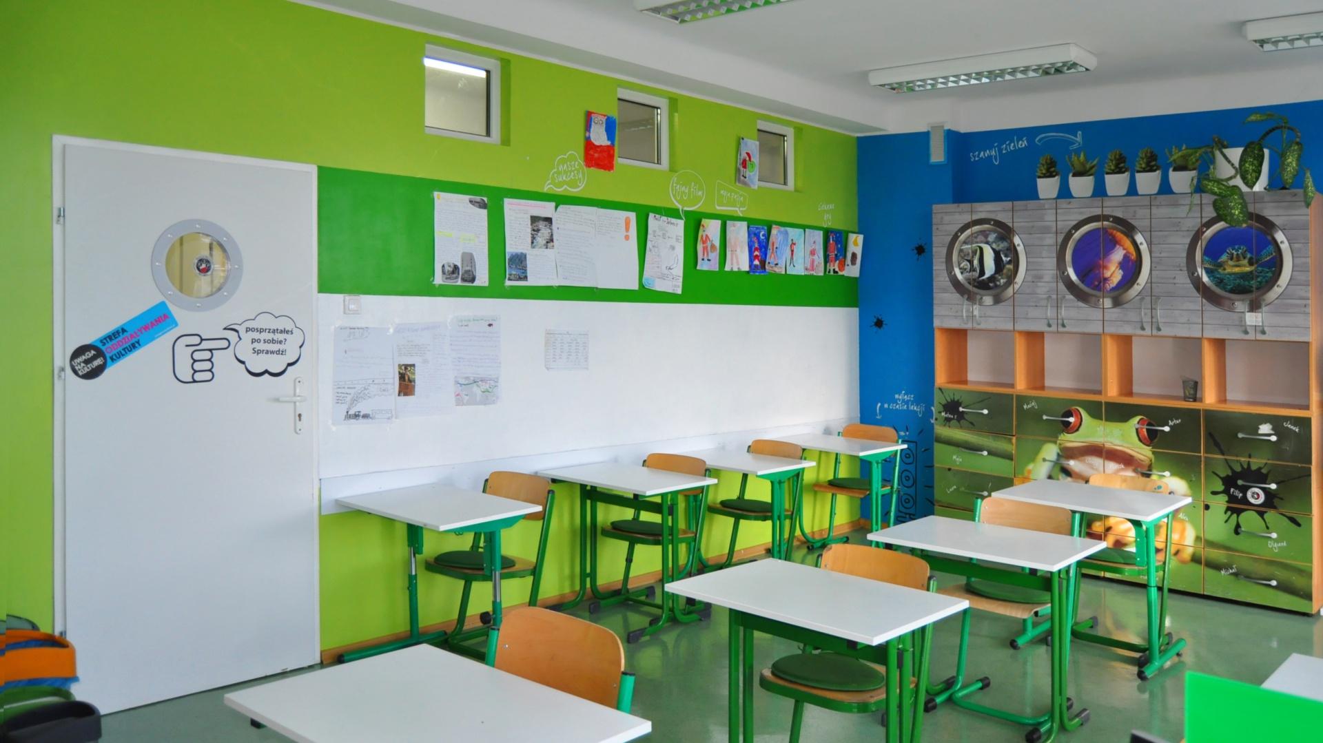 Efektywność nauki podczas lekcji w dużej mierze zależy od jakości czasu spędzonego w trakcie przerwy. Znane z przestrzeni biurowych strefy relaksu, spotkań kreatywnych i aktywnego odpoczynku to przemyślane rozwiązania, których nie powinno zabraknąć również w szkołach. Z pomocą przychodzi wiele gotowych rozwiązań: farba magnetyczna, farba suchościeralna, którą można pokryć zarówno ściany, jak i ławki, przyciemniane szyby, w miejscach, gdzie zbyt silne promienie słoneczne mogą przeszkadzać w pracy. Fot. Grupa Advertis