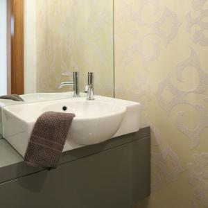 Specjalnie do małej łazienki wybrano model umywalki, który zajmuje niewiele miejsca, a przy tym jest funkcjonalny. Proj. Małgorzata Galewska. Fot. Bartosz Jarosz.