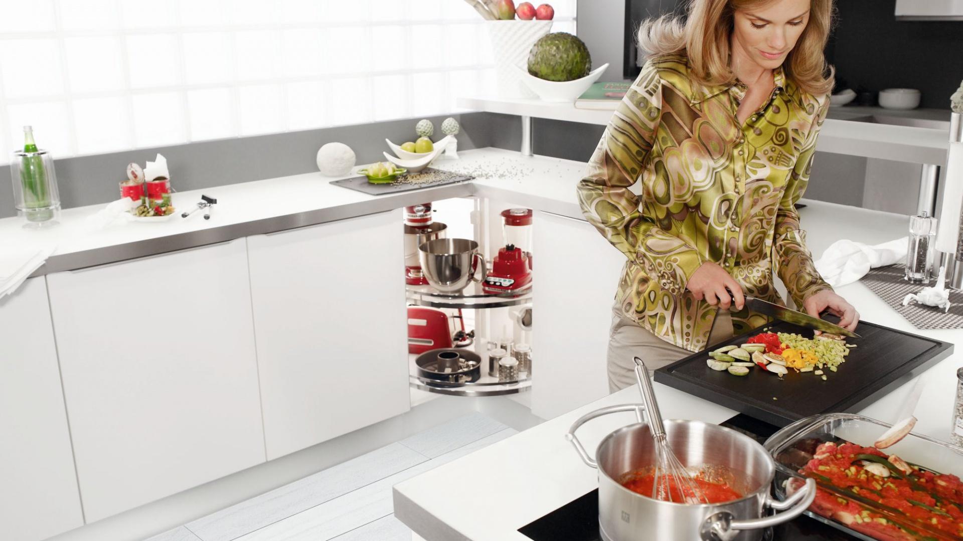 Szafka narożna jest najtrudniejszą do zagospodarowania częścią kuchennej zabudowy. Na zdjęciu karuzela Revo 90, która pozwala maksymalnie wykorzystać przestrzeń w kuchennym narożniku. Fot. Peka