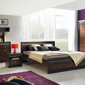Sypialnia Forrest to praktyczne meble w ciemnych odcieniach drewna. Widoczne rysunki nadadzą wnętrzu klimatu. Fot. BogFran.