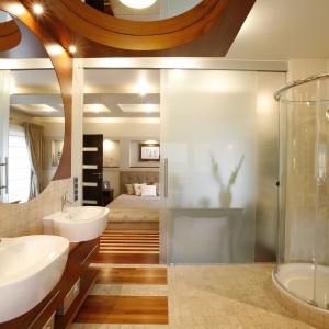 Salon kąpielowy urządzono przy sypialni. Aranżację łazienki zdominował motyw koła. Proj. Mariola i Radosław Świgulscy. Fot. Marcin Onufryjuk.
