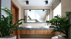 Drewno egzotyczne w połączeniu z naturalnym kamieniem w jasnych barwach pozwoli stworzyć łazienkę rodem z salonuSPA.