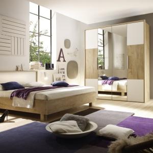 Helios to nowoczesne meble do sypialni w modnym połączeniu bieli i jasnego drewna. Szeroko rozbudowany system szaf pozwala na stworzenie funkcjonalnego wnętrza na każdym metrażu. Fot. Helvetia Wieruszów.