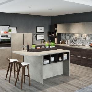 Fronty zabudowy kuchennej wiernie odwzorowują rysunek drewna i naturalnego marmuru.  Fot. Meble KAM, system KAMduo.