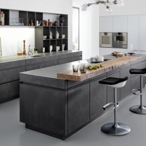 Niesamowity sposób na dekorację frontów zabudowy kuchennej. Fronty z lakierowanych płyt MDF są pokryte cieniutką warstwą prawdziwego betonu. Efekt jest zachwycający! Fot. Leicht, model Concrete-A.