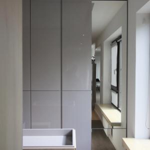 Lustra wszędzie... Lustro to dobry pomysł na urządzenie mniejszego wnętrza. Można odnieść wrażenie, że pomieszczenie w ogóle się nie kończy i prowadzi dalej... Projekt: Soma Architekci. Fot. Soma Architekci.