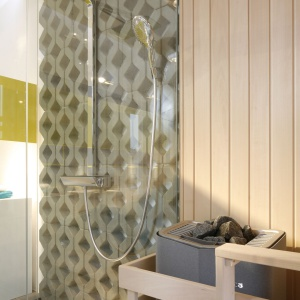 Zastosowanie drewna obok ażurowej, betonowej ściany stanowi idealne połączenie mimo zupełnie innej faktury materiału. Drewno otula betonową płytę i ją ociepla w swój własny sposób.