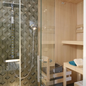Ten, kto oddzielił saunę od kabiny prysznicowej zasługuje na nagrodę. Idealne rozwiązanie do wykorzystania dodatkowego wolnego miejsca by się zrelaksować.