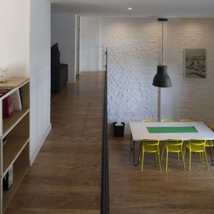 Część pomieszczeń, urządzonych na drugim poziomie jest otwarta na strefę dzienną z wysokim sufitem. Projekt: Eduardo Cadaval & Clara Solà-Morales. Fot. Miguel de Guzmán.