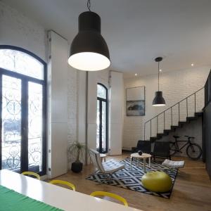 Wysokie, francuskie okna bez firan czy zasłon bogato doświetlają wnętrze, a ich zdobny kształt stanowi jeden z elementów dekoracyjnych mieszkania. Projekt: Eduardo Cadaval & Clara Solà-Morales. Fot. Miguel de Guzmán.