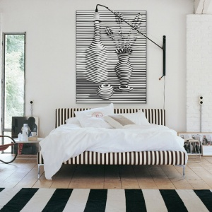Obraz z trójwymiarowymi efektami na ścianie z pewnością będzie nietypową dekoracją. Doskonale wpisze się w nowoczesne aranżacje sypialni. Fot. Redro