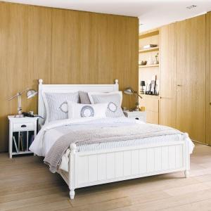 Drewno w sypialni to sprawdzony sposób na ciepłe i przytulne wnętrze. Może być jedynie dekoracją ściany, ale również pełnić rolę zabudowy, w której ukryte są szafki. Fot. Maison du Monde