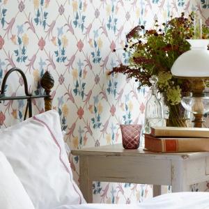 Dzięki tapetom można stworzyć aranżację sypialni w każdym stylu. Od nowoczesnej po stylową i romantyczną. Fot. Boras Tapeter