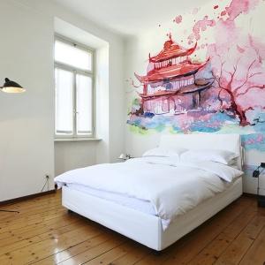 Fototapeta lateksowa dająca złudzenie obrazu namalowanego akwarelą. To absolutnie oryginalne rozwiązanie do sypialni. Fot. Big-Trix