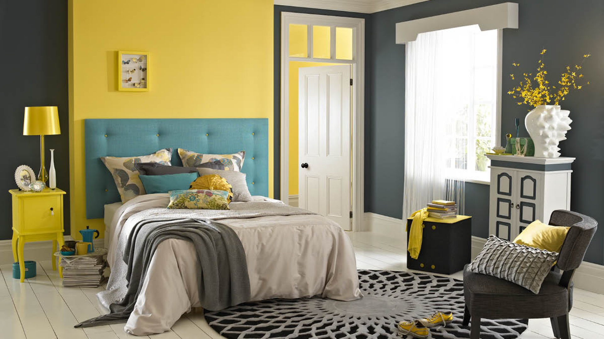 Jeśli nie chcemy w sypialni stosować pstrokatych wzorów, a zależy nam na wyeksponowaniu łóżka przy ścianie, pomalujmy jedną z nich na inny kolor. To niezawodny sposób na oryginalną sypialnię. Fot. Dulux