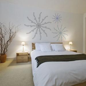 Naklejki ścienne to prosty i szybki sposób na ożywienie aranżacji sypialni. Dzięki temu, że można je łatwo odkleić, możemy zmienić wizerunek sypialni w dowolnym momencie. Fot. Wizart of Wall