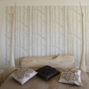 Zaaranżowana w monochromatycznej, beżowo-pudrowej kolorystyce, z użyciem szlachetnego, naturalnego drewna, jest miejscem wprost stworzonym dla osób, unikających we wnętrzu zbyt silnych, męczących bodźców. Odniesienia do natury obecne są tu nie tylko w postaci zastosowanych materiałów. Zagłówek łóżka wieńczą dwa asymetryczne, smukłe żurawie – wspaniale ozdobiły łóżko na specjalną prośbę właścicielki, która bardzo lubi ptaki. Projekt: Marta Kruk. Fot. Bartosz Jarosz.