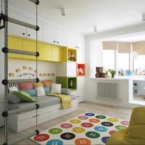 Przestrzeń pokoju dziecinnego poprzez zamontowanie szeregu szafek stała się jasna, przestronna oraz wygodna do różnego rodzaju zabaw. Projekt i wizualizacje: Alexei Ivanov i Pavel Gerasimov / Studio projektowe Geometrium.
