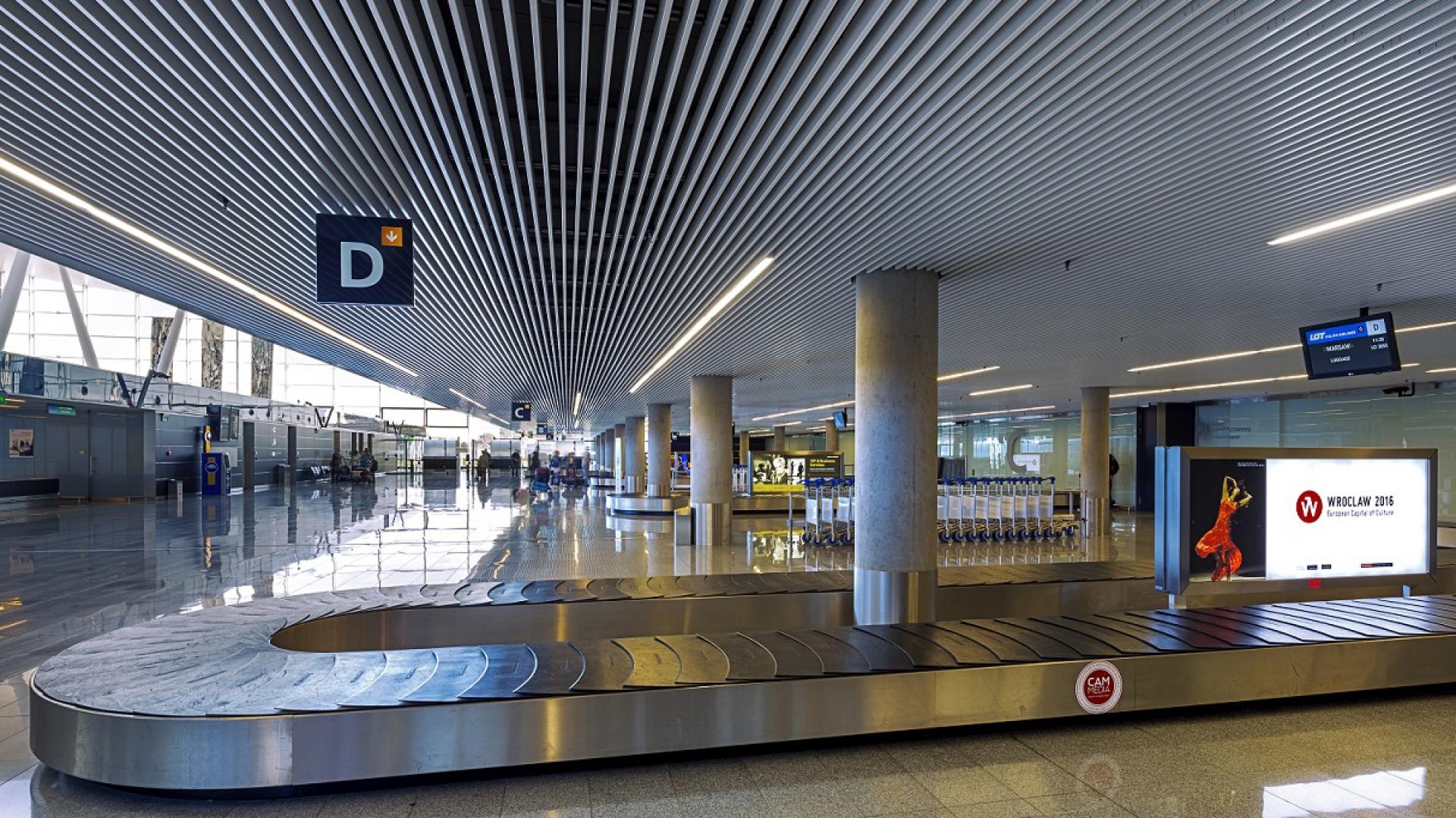 Wrocławski port lotniczy to przykład jak skutecznie wyciszyć hałas w dużych obiektach transportu publicznego  Fot. Armstrong