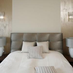 Beże doskonale ocieplają pomieszczenia. Dzięki połyskującym efektom na ścianie, sypialnia stała się również bardziej świetlista. Projekt: Kinga Śliwa. Fot. Bartosz Jarosz