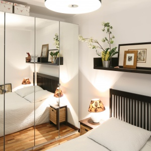 Najprostszym sposobem na powiększenie małej sypialni, jest zastosowanie lustra. Może być ono oparte o ścianę, powieszone na lub umocowane na drzwiach szafy. Projekt: Marcin Lewandowicz. Fot. Bartosz Jarosz.