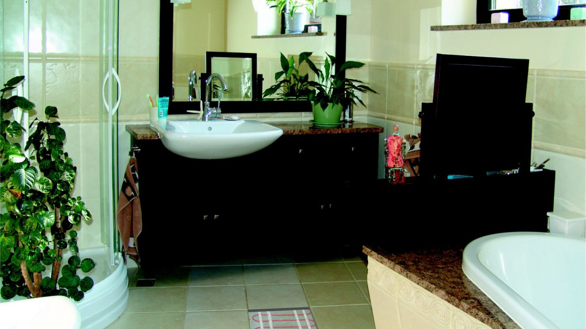 Maty grzejne montuje się pod posadzką, dzięki czemu w łazience nie ma konieczności montażu grzejników ściennych i nic nie zakłóca aranżacji. Fot. LUXBUD.