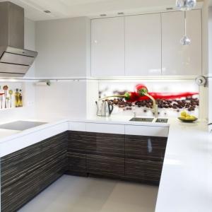 Fototapeta w kuchni to idealny sposób na wprowadzenie akcentu kolorystycznego do przestrzeni urządzonej w stonowanych barwach. Fot. LivingStyle.