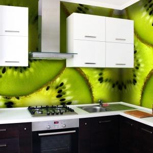 Żywa zieleń owoców kiwi kompletnie odmieniła charakter tej czarno-białej kuchni. W takim otoczeniu można nabrać energii na cały dzień. Fot. Picassi.