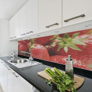 Choć wakacje dobiegły już końca, truskawki na ścianie nad blatem w kuchni będą nam przypominać o lecie w chłodniejsze dni. Fot. Big-trix.