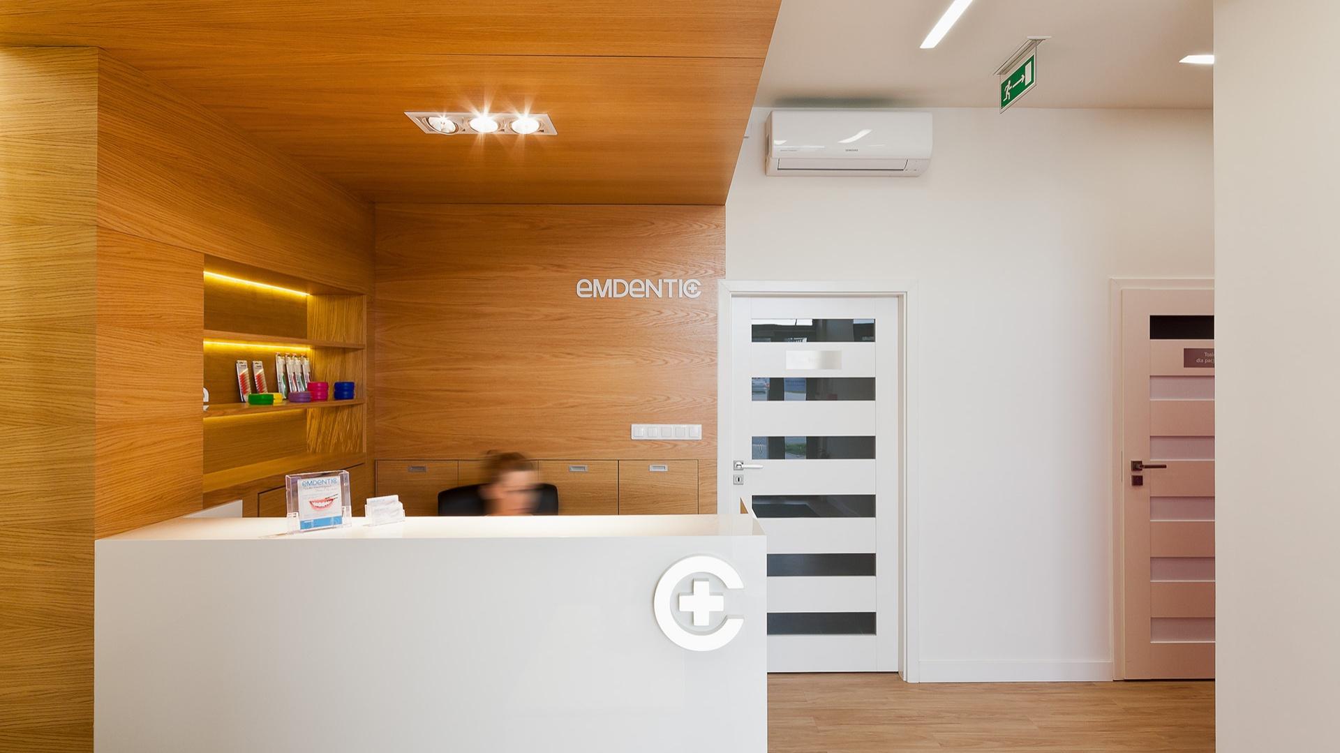 W EM Dentic postawiono na soczyste i starannie dobrane kolory, które działają relaksująco i wprowadzają pozytywny klimat. Fot. Biuro projektowe A+D