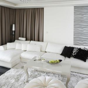 W salonie przytulność we wnętrzu buduje duży narożnik z licznymi poduszkami oraz miękki, puchaty dywan. Projekt: Katarzyna Uszok. Fot. Bartosz Jarosz.