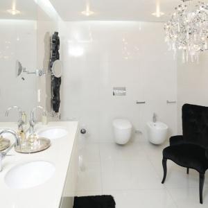 Łazienka w bieli to uosobienie stylu glamour. Najlepszym tego przykładem jest zdobny żyrandol. Projekt: Katarzyna Uszok. Fot. Bartosz Jarosz.
