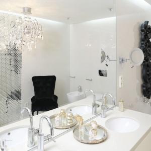 Ścianę w łazience zdobi piękny, dekoracyjny, kuty grzejnik. Czarna kolorystyka sprawia, że biała ściana pięknie go eksponuje. Projekt: Katarzyna Uszok. Fot. Bartosz Jarosz.