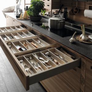 Na zdjęciu: meble kuchenne SineTempore Valcucine. Szuflady z drewnianymi przegródkami, ręcznie wykończone. Fot. Valcucine.
