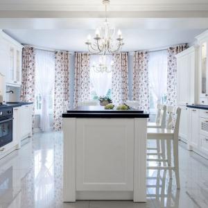Piękna romantyczna kuchnia w stylu angielskim. Zdobne, frezowane meble w białym kolorze wieńczy ciemny elegancki blat. Projekt: Małgorzata Błaszczak. Fot. Pracownia Mebli Vigo.
