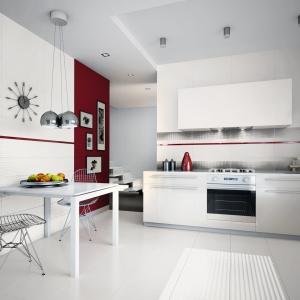 W białej kuchni ścianę nad blatem oryginalnie wyróżniono płytkami z dekorami. Proste, geometryczne wzory oraz stonowane barwy dodają ponadczasowego charakteru – seria Midian/Purio Ceramiki Paradyż. Fot. Ceramika Paradyż.