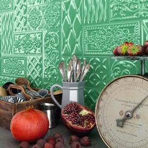 Dekoracyjne, trójwymiarowe powierzchnie zielonych płytek wprowadzą do wnętrza przytulny klimat retro. Okładzina dostępna w kilku modnych odcieniach – kolekcja Rivoli firmy Vives. Fot. Vives.