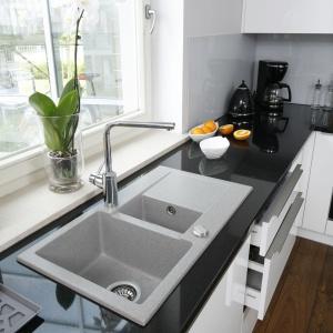 Strefę zmywania urządzono pod oknem, tak aby podczas nieprzyjemnych czynności można było podziwiać relaksujące widoki. Projekt: Karolina Łuczyńska. Fot. Bartosz Jarosz.