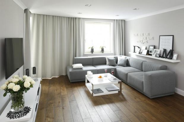 Szare wnętrze: małe mieszkanie w Gdyni