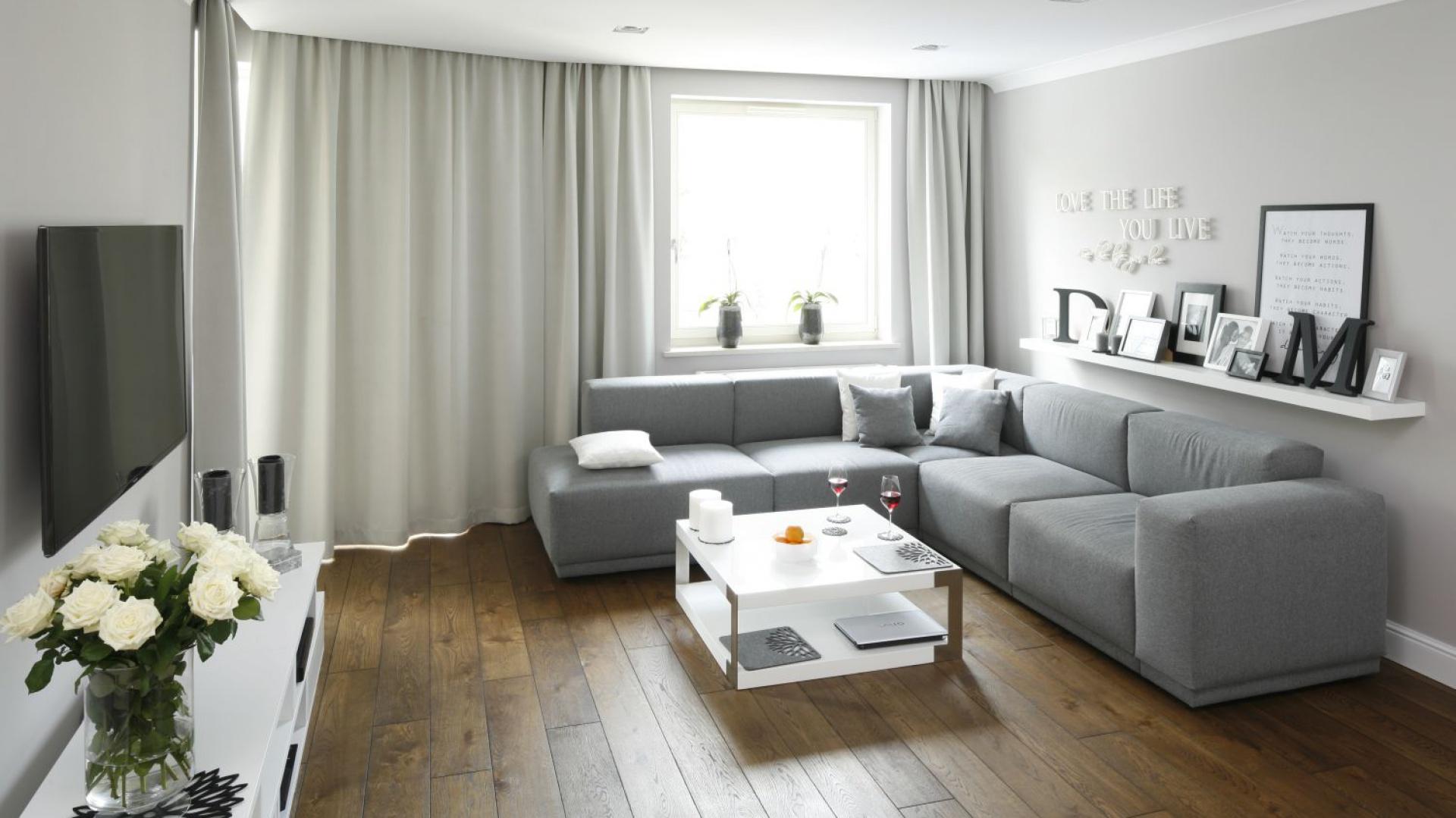 Wystrój wnętrza jest schludny, ale nie zimny. Przytulności pomieszczeniom dodają tekstylia w oknach i tapicerowane meble. Projekt: Karolina Łuczyńska. Fot. Bartosz Jarosz.