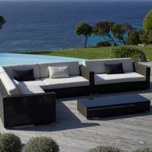 Seria mebli wypoczynkowych Belmont składa się z 4 modułów, podnóżka/stolika, stolika bocznego, łóżka słonecznego i fotela. Moduły mogą być dowolnie łączone. Do wyboru dedykowane poduszki w dwóch kolorach.Dostępne w ofercie marki Cane-Line. Cena: 1.316 euro/fotel, 1.909 euro/sofa 2-osobowa. Fot. Cane-Line.