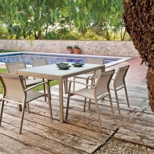 Krzesło Faro z wygodnymi podłokietnikami. Rama wykonana z aluminium malowanego proszkowo, siedzisko i oparcie z tkaniny texteline. Dostępne w ofercie marki Miloo. Cena: 450 zł. Fot. Miloo/HOUSE&more.