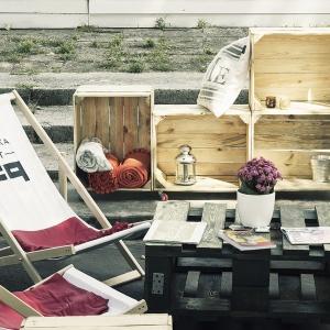 Oryginalne Skrzynkowe regały dostępne w ofercie sklepu Fabryka Palet wykonane z drewnianych skrzynek. Można je ustawiać w ogrodzie w różnych konfiguracjach. Cena: 100 zł/szt. Fot. Fabryka Palet.