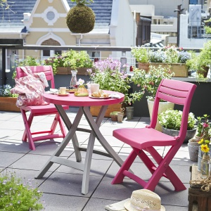 Zestaw balkonowy (stół i dwa krzesła) to eleganckie i praktyczne meble z tworzywa dostępne w ofercie marki Tchibo. Można je kupić także w kolorzez szarobeżowym. Cena: 299,95 zł. Fot. Tchibo.