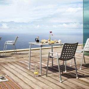 Lekką, prostą i ponadczasową formą wyróżniają się krzesła Landi oraz stół Davy dostępne w ofercie marki Vitra. Wykonane z anodyzowanego aluminium. Cena: 1.950 zł/krzesło, 3.600 zł/stół. Fot. Vitra.