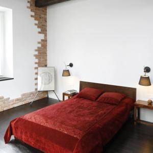 Cegła na ścianie nadaje wnętrzu surowy, loftowy wygląd. Jej ciepła rudo brązowa barwa doskonale też ociepla białe ściany. Projekt: Iza Mildner. Fot. Bartosz Jarosz.