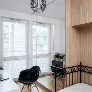 W sypialni, która pełni także rolę domowego biura, koniecznie musiało znaleźć się miejsce na książki. Na zamówienie stworzono więc biblioteczkę zlicowaną ze ścianą. Projekt: Ewa Para. Fot. Bartosz Jarosz.