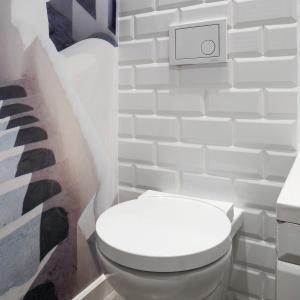 Jedną ze ścian w łazience wykończono pomalowaną na biało cegłą. Projekt: Ewa Para. Fot. Bartosz Jarosz.