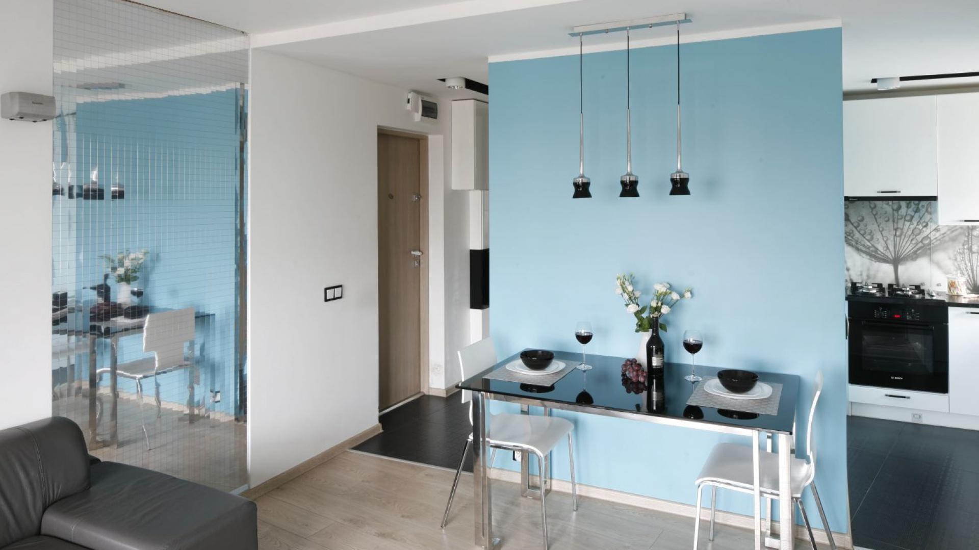 To małe mieszkanie ma zaledwie 36 metrów. Mimo niewielkiej powierzchni udało się w nim zaplanować niewielką jadalnię. Projekt: Marta Kilan. Fot. Bartosz Jarosz.