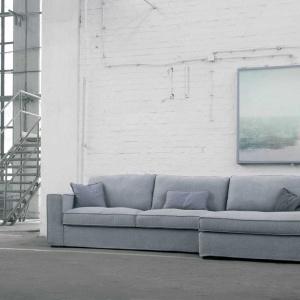 Sofa modułowa Abbe marki  Sits łączy w sobie nowoczesność konstrukcji z tradycyjną kolorystyką i wyglądem. Prosty projekt podkreślony delikatnymi przeszyciami poduszki oparcia w wyjątkowy sposób kreuje nowoczesny design. Fot. Sits.